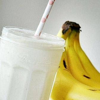 How to make a nutritious almond and banana smoothie